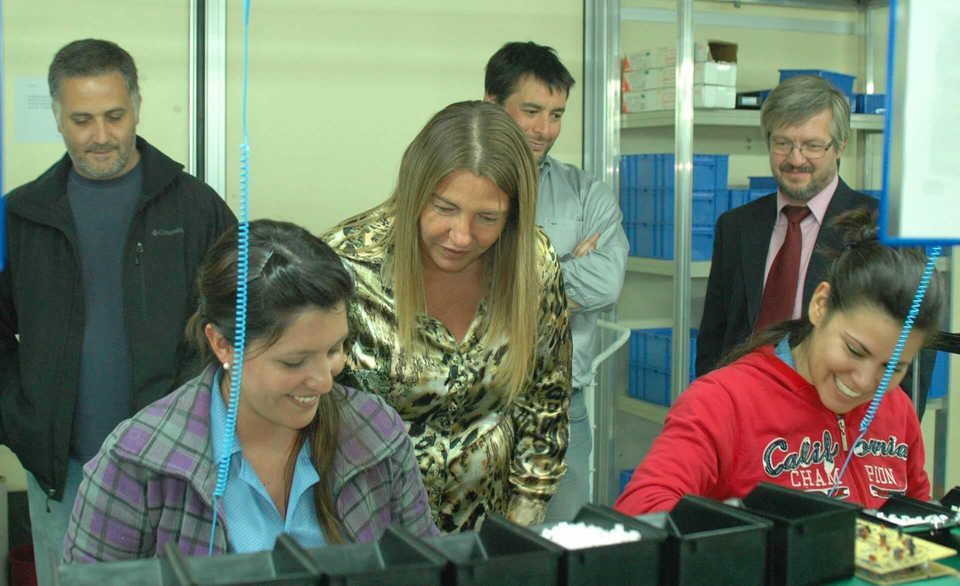 La gobernadora Rosana Bertone visitó la fábrica SOLNIK SA. – USHUAIA NOTICIAS